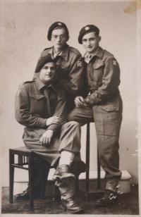 vojáci Bayer, Kosmopfel (?) a Ehrmann (vpravo) v Sušici - červenec 1945