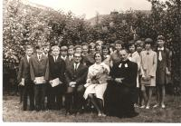 Konfirmace v Chodově (vedle A. Kocába jeho manželka)
