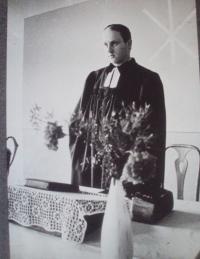 Tomáš Bísek na kazatelně v kostele v Telecí