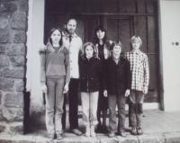 Rodina Bískových těsně před odchodem do Skotska