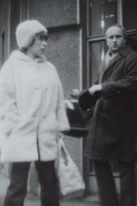 Dne 31.1.1974 při opuštění prodejny Tuzex v Lazarské ulici v Praze
