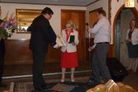 Tatiana Moravec Gard přijímá Kříž obrany státu pro generála Moravce in memoriam, Chicago, Česká restaurace Klas, květen 2012