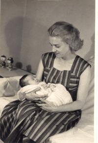 Červenec 1957, Tatiana Moravec Gard s dcerou Anitou (nar. 26.6.1957), Tokio, Japonsko