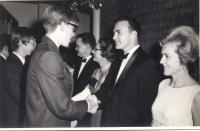 1967/68, Hong Kong, zcela vpravo Tatiana M.Gard a Richard Gard, Americký klub, přivítání na plese mladých