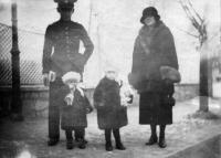 1925/26, park v Plzni, Vlasta a František Moravcovi s dcerami Hanou (vpravo) a Tatianou (vlevo)