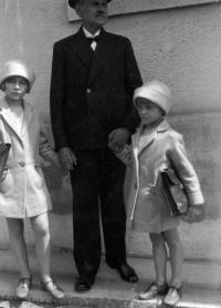 Asi 1929, v Plzni, Tatiana a Hana Moravcovy s dědečkem z matčiny strany