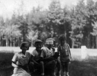 1931 Nová Huť u Plzně, zleva Hana a Tatiana (měla oční infekci) Moravcovy s Pavlem a Vilémem, syny babiččiny sestry Libuše Formánkové
