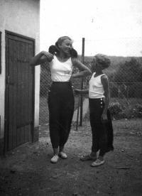 Asi 1936, Nová Huť u Plzně, zleva Hana a Tatiana opět s oblíbenými kuřaty