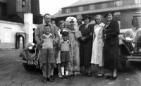 Asi 1936 výlet na Šumavu, zleva František Moravec, Tatiana, medvěd, manžel babiččiny sestry pan Formánek, Hana, Libuše Formánková a její dva synové Pavel a Vilém