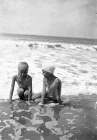 Asi 1932, u moře ve Francii Hana a Tatiana Moravcovy (není jasné, která je která)