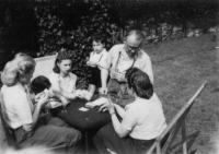 Léto 1948, na zahradě u Dvořáků, Londýn. Po směru hodinových ručiček - generál Moravec, paní Moravcová, dcera Tatiana, paní Dvořáková, chlapec vpravo zřejmě syn Dvořákových.