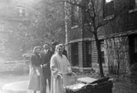 1953, Washington, D.C. svatební den manželů Gardových, vpředu sestra Hana a manžel Bill Disher se synem Brianem v kočárku