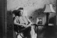 Asi 1950, Washington, D.C., Vlasta Moravcová s fotografií svého muže generála Moravce
