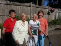 7. června 2015 na zahradě u Dvořáků - zleva Anita Moravec Gard, její matka Tatiana, Dagmar Dvořáková, její dcera Linda