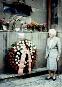 Vlasta Moravcová před kryptou kostela svatých Cyrila a Metoděje, ranná devadesátá léta