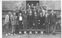 Středoškolská studia - pan Hradec druhá řada zleva vedle profesora