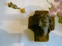 hlava Krista a drobné ozdoby vytvořené ve věznici Mírov
