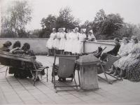 Emilie Pecová – jako zdravotní sestra v nemocnici v Mariánských Lázních, (stojí druhá zprava)