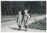 Miroslav Hampl (vlevo) s bratrem Jiřím (1941)