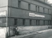 Rodina Miroslava Hampla u ubytovny v Božím Daru, kde bydlel jako civilní zaměstnanec v Jáchymově-1968