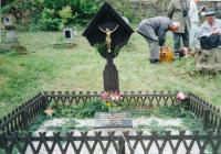 Hrob vězňů umučených v Jáchymovských dolech (1997)