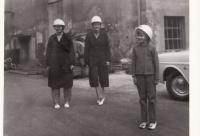 Manželka Evžénie a dcery Vladimíra a Miroslava v Jáchymově u dolu Svornost-1968