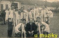 U muziky mládenci z Josefova – z toho pak šest ve vězení! (Stanislav Lekavý sedící vlevo)