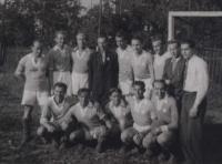 Fotbalové mužstvo v nuceném nasazení… uprostřed lágrfýra