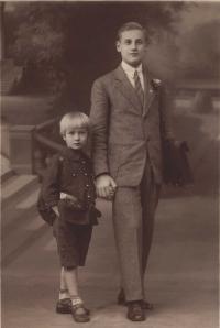 Začíná školní rok oba Hájkovi kluci jdou do školy . Bedřich poprvé. Josef  (15let) do II.A Obchodní akademie - 1926