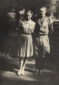 Bedřich Hájek v uniformě s kamarádkou Pepčou, Prostějov-  květen 1945