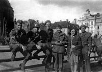 Otec Otmar třetí zleva v Plzni v roce 1945
