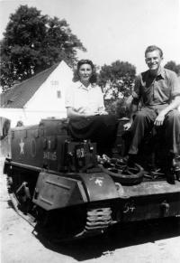 Otec Otmar se svou budoucí ženou v Plzni v roce 1945
