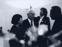 Otmar Oliva senior se po letech znovu setkal se svým synem Otmarem (uprostřed), Landeck 1990 (výstava Prisma, na které vystavoval také sochař Otmar Oliva).