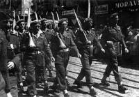 Slavnostní přehlídka Čs. obrněné brigády generála Lišky v Praze 30. května 1945. Otmar Oliva senior druhý zleva.