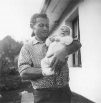 08 - Jan Holík se synem v roce 1966 - Trhový Štěpánov