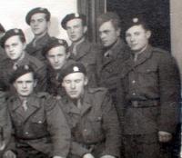 06b - vojenská fotografie - asi 1946 - Jan Holík úplně napravo