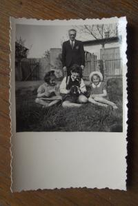 Sourozenci Wernerovi s kamarádkou a tatínkem