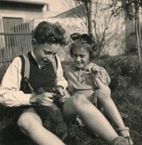 Se sestrou Lenkou (narozena 1935, zemřela 1944)