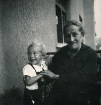 S babičkou Pavlou Weissenstein (kolem r. 1935)
