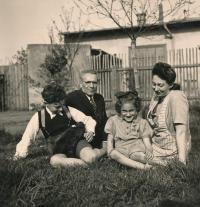 Wernerovi před deportací (Pardubice, ul. Pražská, 1942)