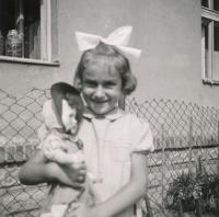 Sestra Lenka v létě 1942 (Pardubice, Pražská ul.)