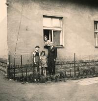 Wernerovi v domě v Pražské ulici v Prdubicích (1942)