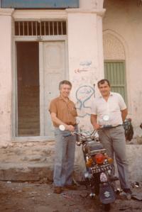 Pavel Werner (nalevo) ve městě Mukala v Ománu před vchodem do Obchodní komory (80. léta)