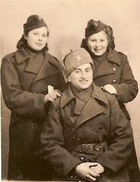 S velitelem Gutmanem 1944, Silvie Laštovičková a Věra Biěnvská