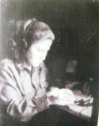 Věra Biněvska při práci telegrafistky