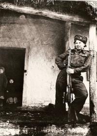 Vanda Biněvská se svojí snajperskou puškou