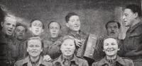 Vanda Biněvská dole uprostřed 1943, pěvecký sbor podp. Eksteina (zcela vpravo)