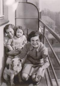 Brigita (vpravo) na návštěvě u známých těsně před odjezdem do Terezína, 1941