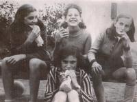 Brigita (uprostřed) a její kamarádky v Praze, 1940