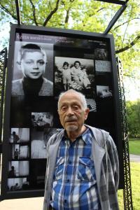 Asaf Auerbach před panelem výstavy Wintonovy vlaky - 2014